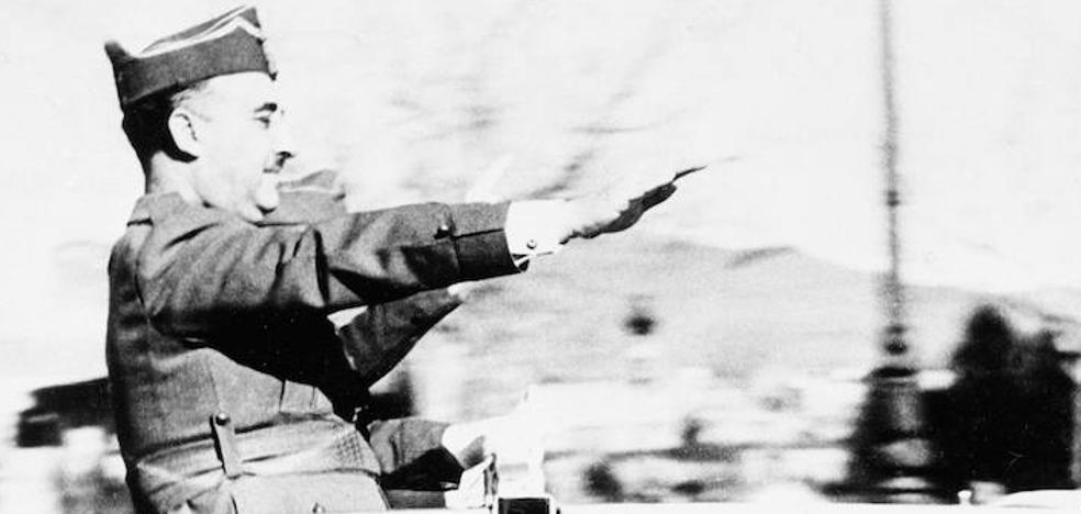 Robles abre un expediente a cinco militares por exaltar a Franco