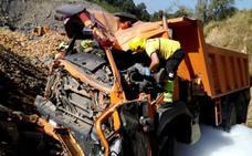 Herido un camionero vizcaíno tras volcar por una ladera de 12 metros en Castro