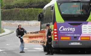 La Ertzaintza investiga el sabotaje de un grupo feminista a un Bizkaibus en Getxo