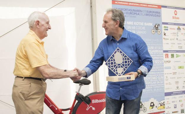 Fortunato recoge el galardón de manos de Alfonso Gil, concejal de Movilidad Urbana./E. C.