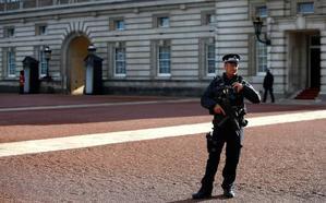 Detienen a un hombre con una pistola 'taser' a la entrada del Palacio de Buckingham