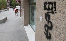 Multa de 2.200 euros a una joven por hacer 15 pintadas en Salburua