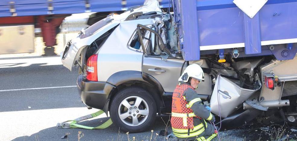 Dos muertos al empotrarse contra un camión averiado en el arcén en Egino