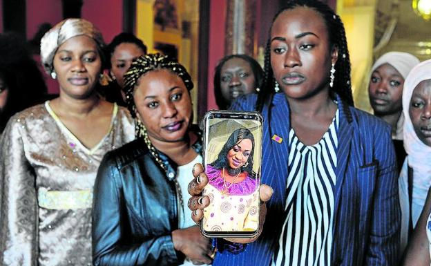 Amigas y miembros de la comunidad senegalesa rindieron homenaje ayer a Maguette. /Fernando Gómez
