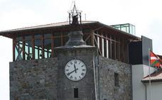 Busturia descubre los secretos del reloj de Amunategui junto a la Torre Madariaga