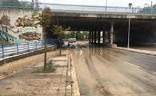 Ríos de piedras y barro en la calle Jacinto Benavente por el reventón de una tubería
