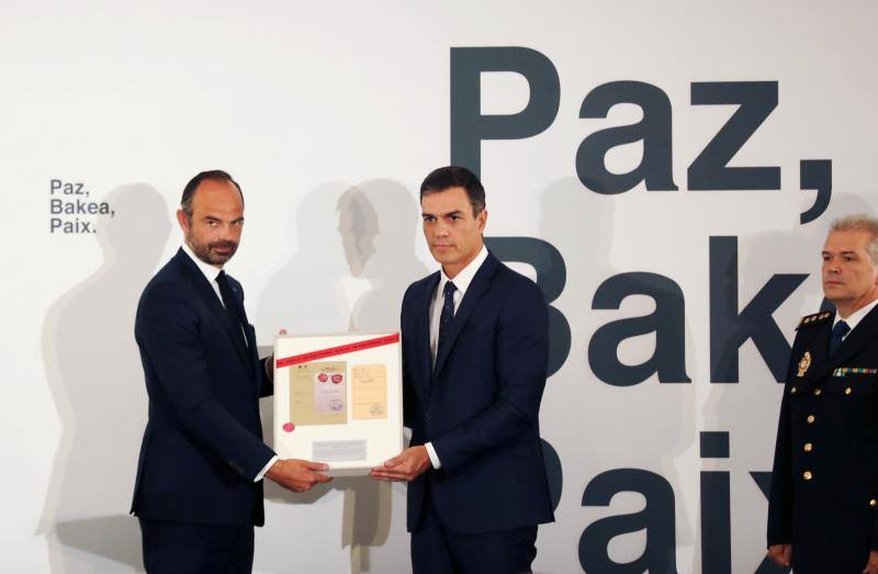 Los gobiernos de español y francés homenajean a las víctimas en un acto solemne en La Moncloa