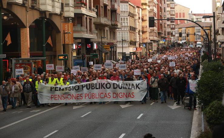 Los jubilados reclaman por las calles de Vitoria mejoras en sus pensiones