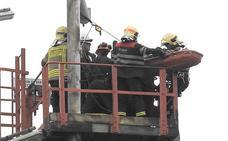 Rescate a 45 metros de altura de un operario de Petronor