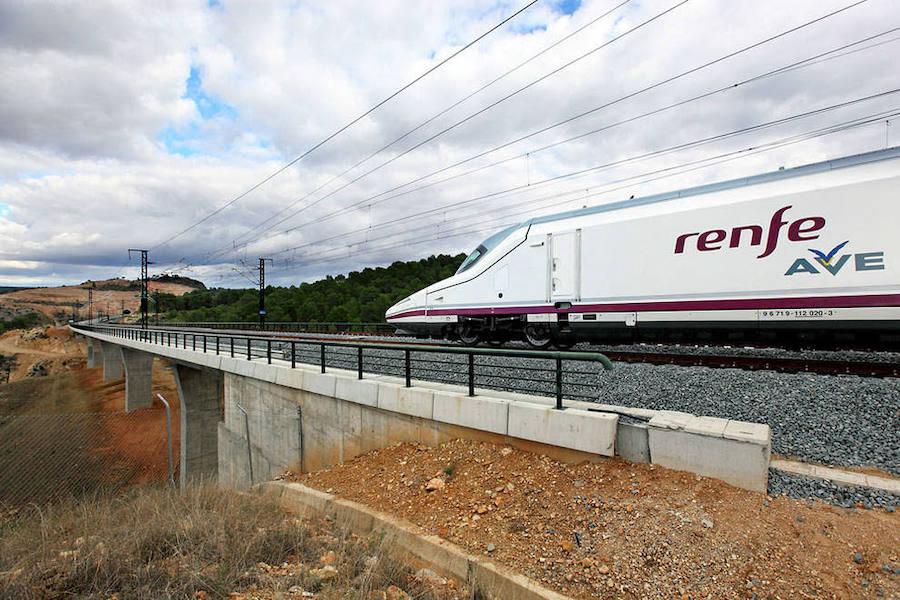 Renfe investiga el accidente de dos trabajadores del AVE tras sufrir una descarga eléctrica