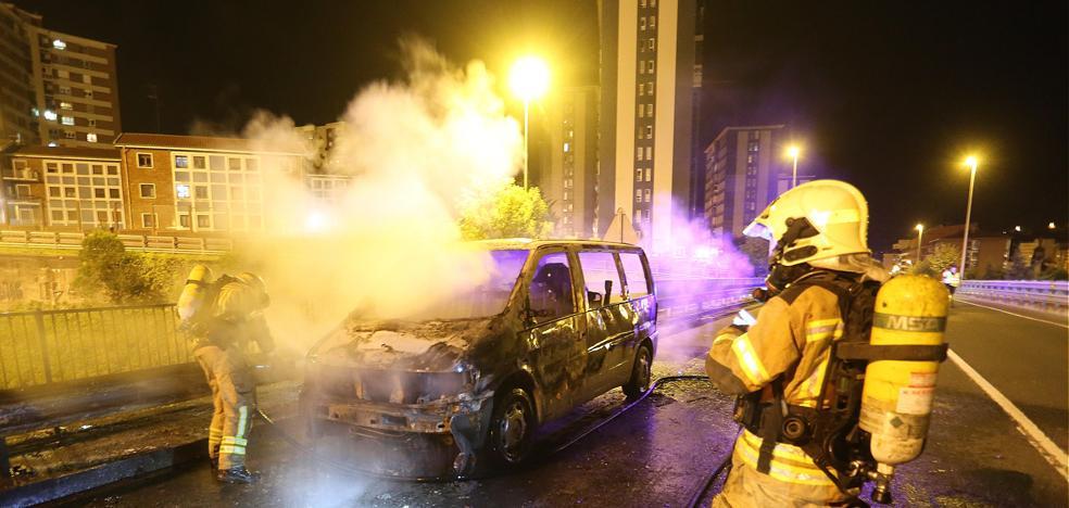Una furgoneta se incendia mientras circulaba por Barakaldo