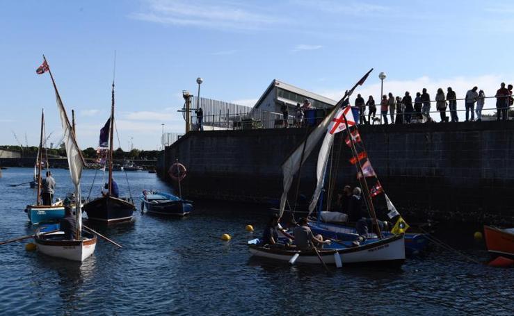 Embarcaciones tradicionales navegan en las aguas del puerto de Zierbena