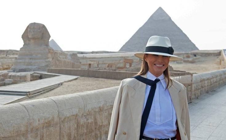 Melania pasea entre las pirámides