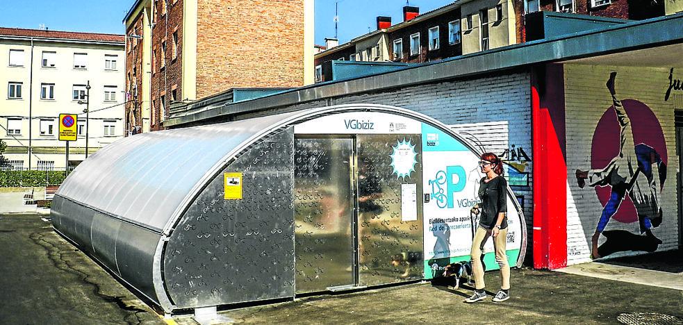 Los Molinos estrena su aparcabicis, el sexto de una red que supera ya los 550 usuarios en Vitoria