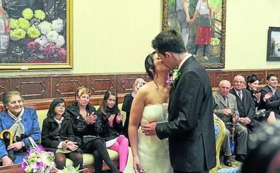 El Ayuntamiento de Vitoria se lía con sus consejos para los novios: «Son moralina trasnochada»