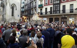 Velas y rezos para escoltar a la Amatxu hasta la basílica en la Procesión de las Antorchas