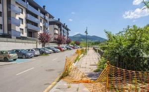 Gernika estabilizará el firme de la calle Uharte, con grietas de 25 centímetros