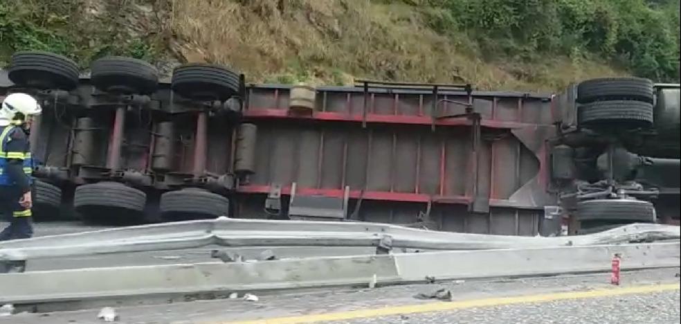 Un tráiler accidentado en Eibar provoca retenciones en la AP-8 en dirección a San Sebastián