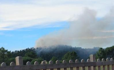 Un retén de los bomberos sigue en Barrika al reavivarse el fuego
