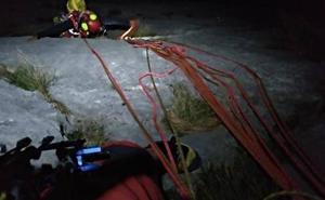 Rescatan en los Picos de Europa a dos escaladores vascos tras ocho horas colgados de una pared