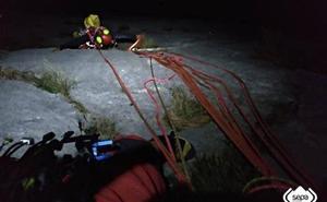 Rescatados en los Picos de Europa dos escaladores vascos tras ocho horas colgados de una pared