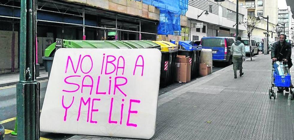 Mensajes lapidarios sobre colchones tirados en la calle