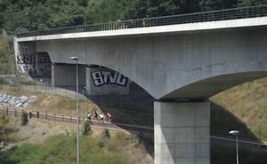 Arrojan bloques de hormigón desde un viaducto del TAV al bidegorri de Basauri