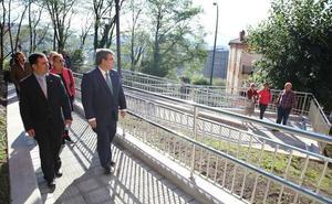 El Ayuntamiento instala diez rampas y crea una zona de ocio en Sarrikue-Remar