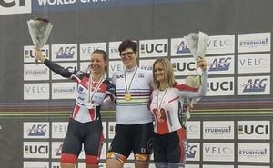 McKinnon, la primera campeona transgénero en un Mundial de ciclismo
