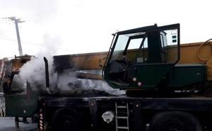 Una grúa de grandes dimensiones se incendia en la carretera de Artxanda