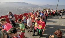 8.000 personas coronan Artxanda por solidaridad