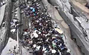 Un surfista denuncia en un vídeo la acumulación de plásticos en el flysh de Deba y Zumaia