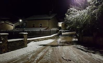 Llegan a Álava las primeras nevadas del otoño y las dificultades a las carreteras
