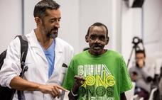 El doctor Cavadas reconstruye la cara y una mano a un keniano atacado por una hiena