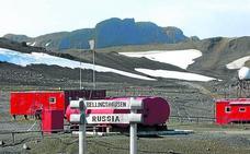 Apuñalado en la Antártida por hacer 'spoiler' de los libros