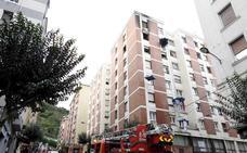 Cinco hospitalizados por intoxicación en el incendio de un sexto piso en Rekalde