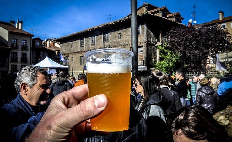 El mercado de la almendra brinda con cerveza de casa