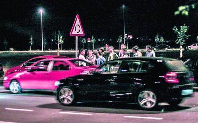 40 coches en una carrera ilegal en el polígono de Lantarón