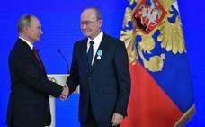 El alcalde de Málaga recibe de las manos de Putin la Medalla Pushkin