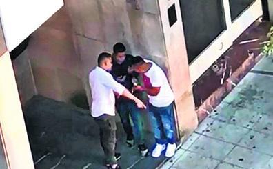 Esnifando cocaína en un portal de Bilbao