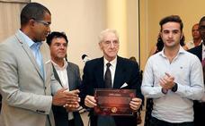 Autoridades de Cabo Verde homenajean al médico bilbaíno Koldo de Pérdigo y la ONG África Avanza