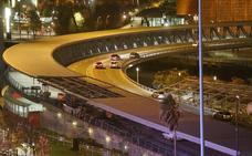 Cortan el puente Euskalduna al tirar el viento unas placas
