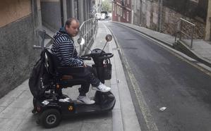 «Si se rebaja la acera se beneficiarán personas con discapacidad, pero también el resto»