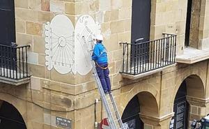 El Ayuntamiento de Bermeo recupera su reloj de sol doble y la fuente de mármol de Ereño