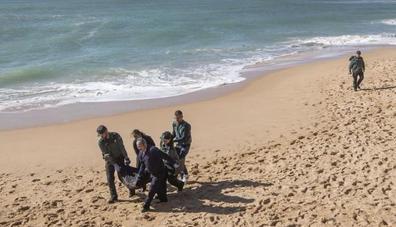 Hallan el decimotercer cadáver tras el naufragio de una patera en Cádiz