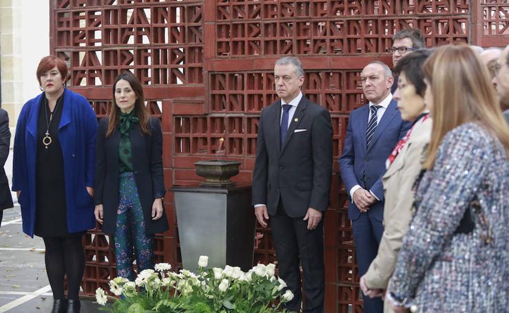 Homenaje en el Parlamento vasco a las víctimas en el Día de la Memoria