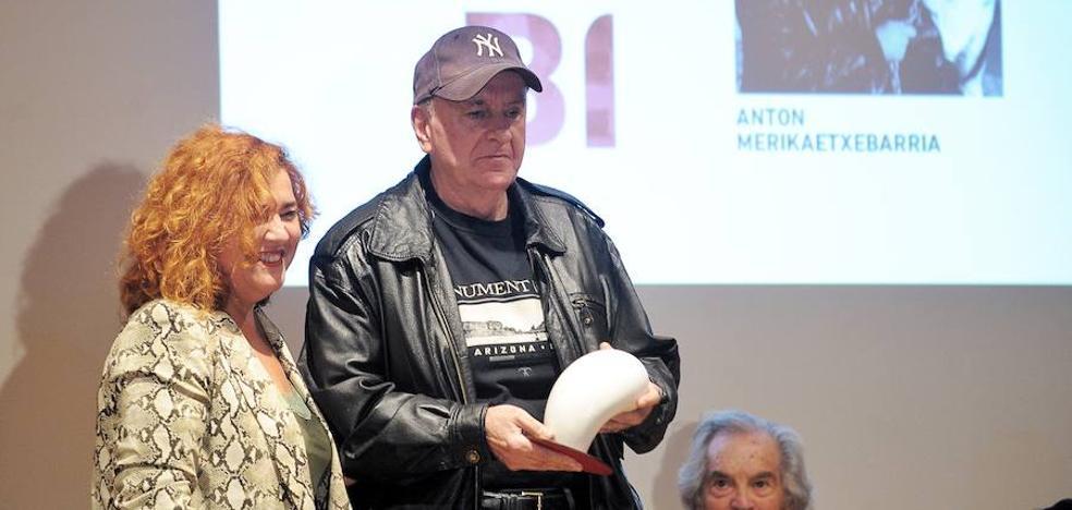 Anton Merikaetxebarria recibe el Mikeldi de Honor de Zinebi