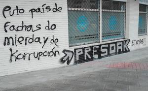 El PP denuncia la aparición de una pintada insultante y por los presos en su sede de Portugalete