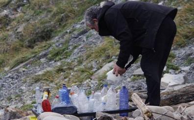 Doscientos voluntarios recogen plásticos en Deba y Zumaia tras la denuncia viral de un surfista