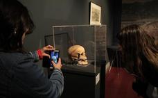Una exposición abre el tesoro de la plaza del Corazón de María